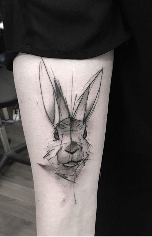 tatuaje de conejo en el brazo