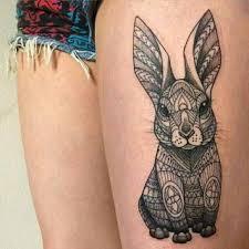 tatuaje de conejo en el muslo