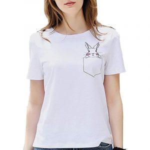 camiseta de mujer blanca con conejo en bolsillo