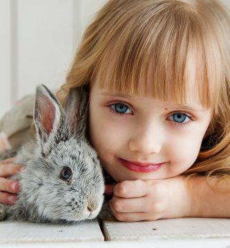 sonidos de los conejos - niña con conejito